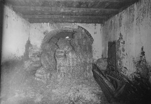 Estat de la capella el 1980, quan servia de paller i cort, segons una fotografia de l'Arxiu Gavín.