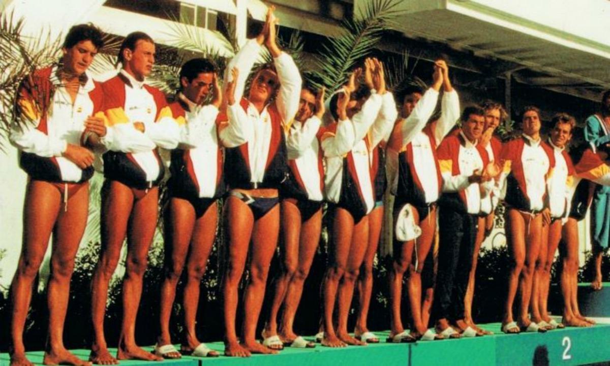 La selecció espanyola de waterpolo que, capitanejada per Manel Estiarte, es va penjar la plata a Barcelona 92, a les piscines Picornell.