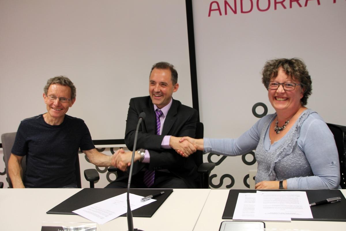 L'organitzador de l'Ultra Trail, Gerard Martínez, el director d'Andorra Telecom, Jordi Nadal, i l'administradora de l'Andorra Ultra Trail Vallnord 2016, Valérie Lafleur, durant la signatura del conveni de col·laboració