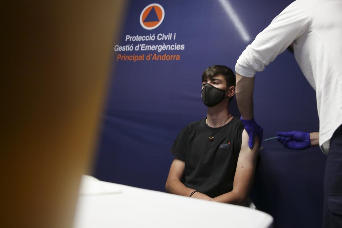 Un moment de la vacunació en joves, aquest dilluns.