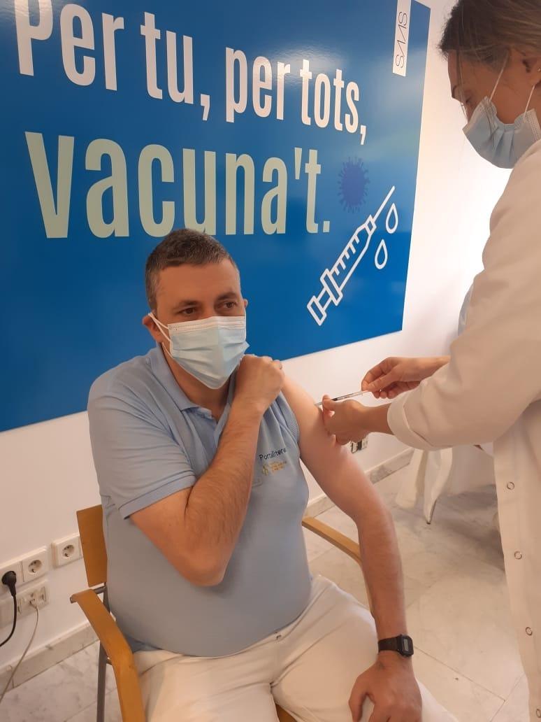 Un dels sanitaris que s'han vacunat avui.