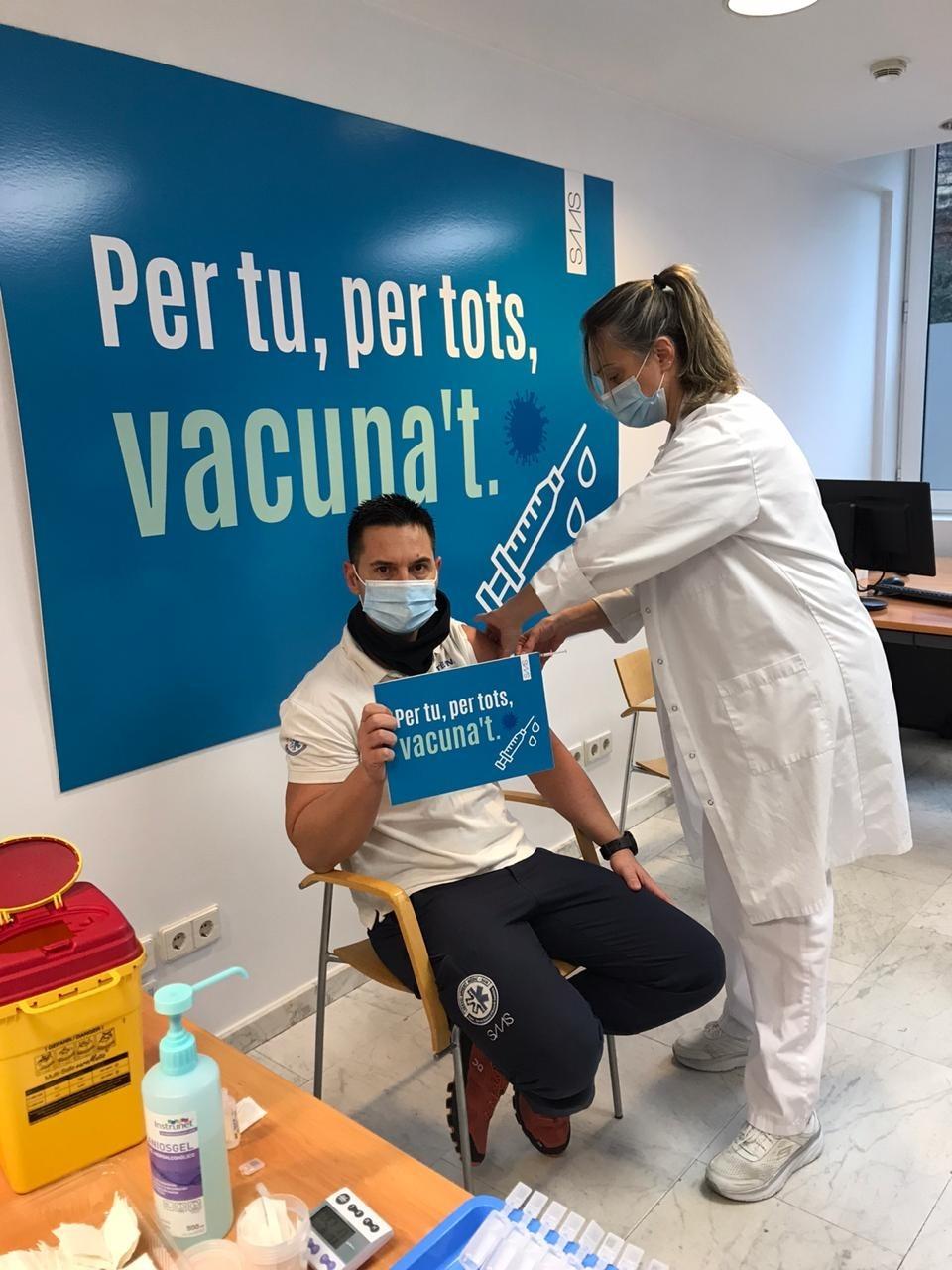 Personal sanitari durant el procés de vacunació.