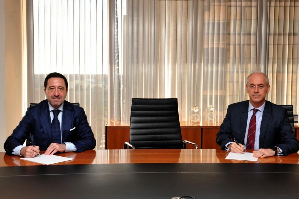 Un moment de signatura de l'acord entre Vall Banc i Inversis.