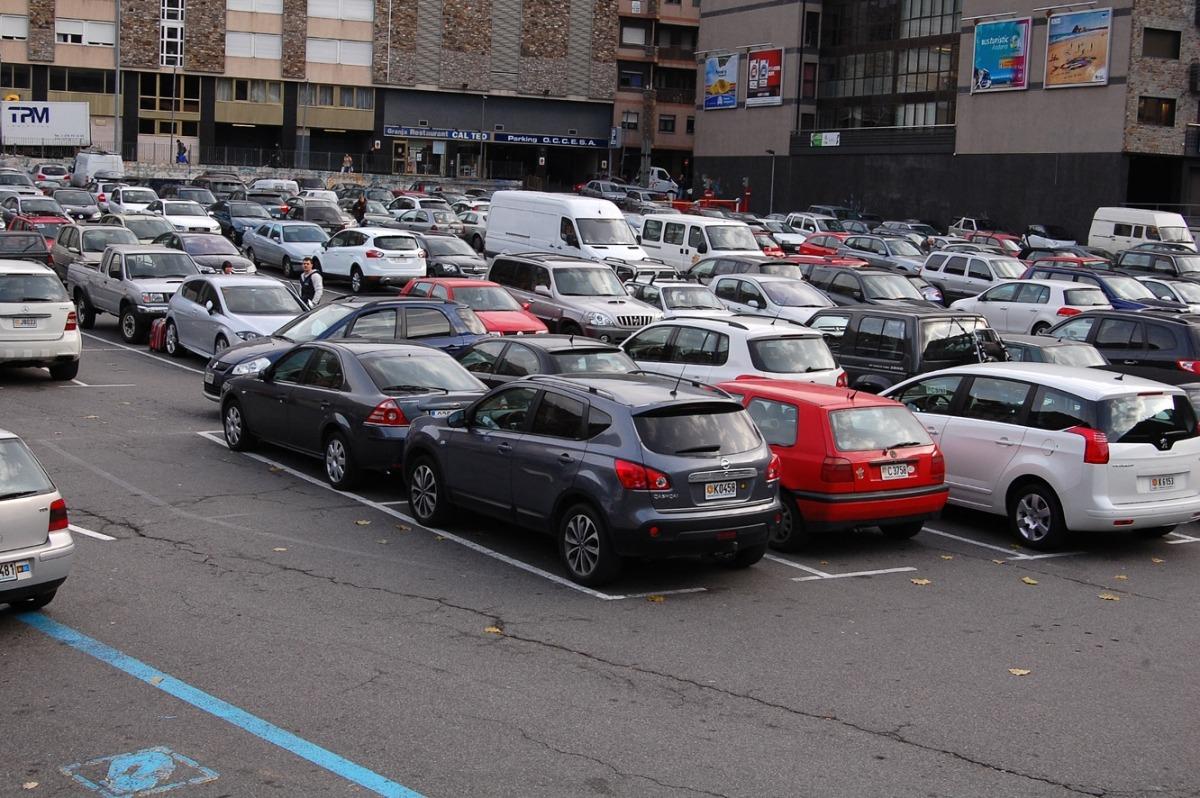 Vehicles estacionats a la capital.