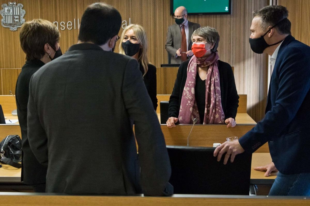 La consellera general del PS Susanna Vela amb parlamentaris d'altres grups en una comissió legislativa.