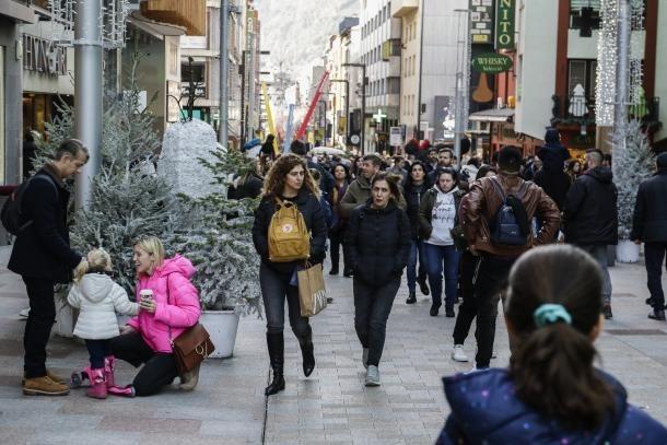 Visitants a l'eix comercial.