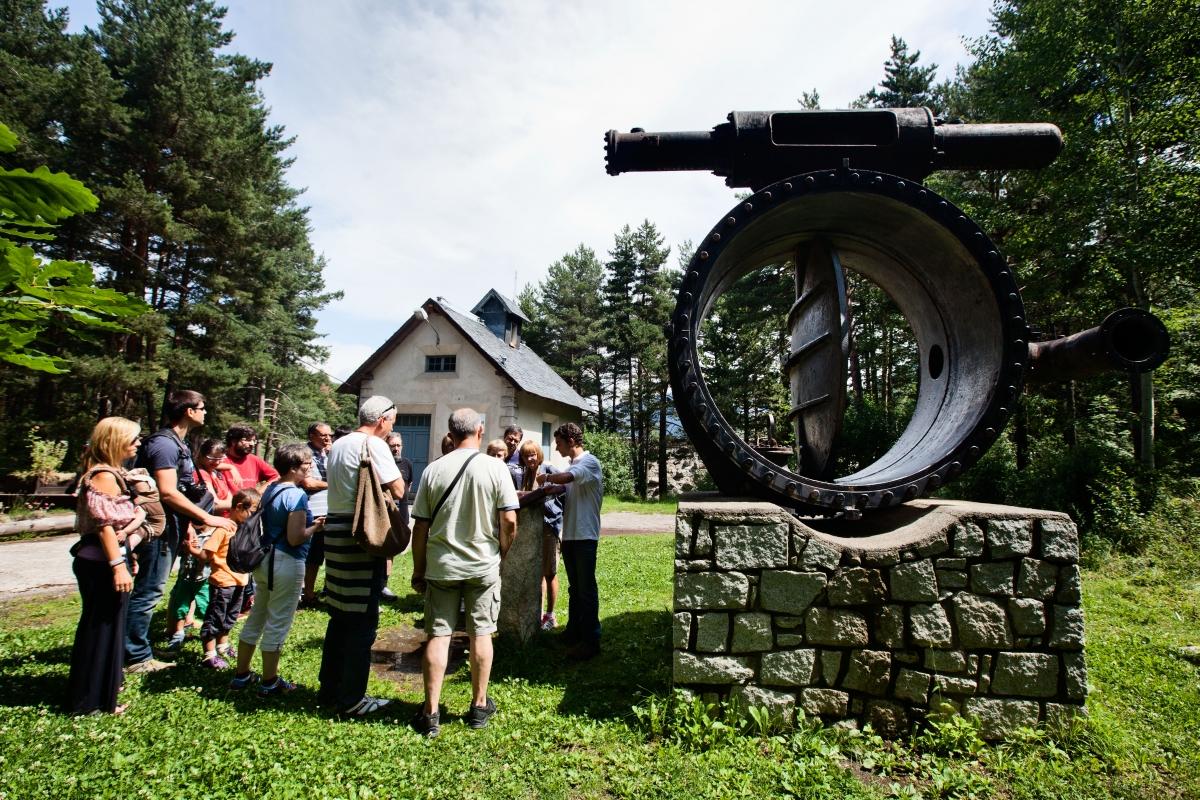Visitants al Camí hidroelèctric d'Engolasters.