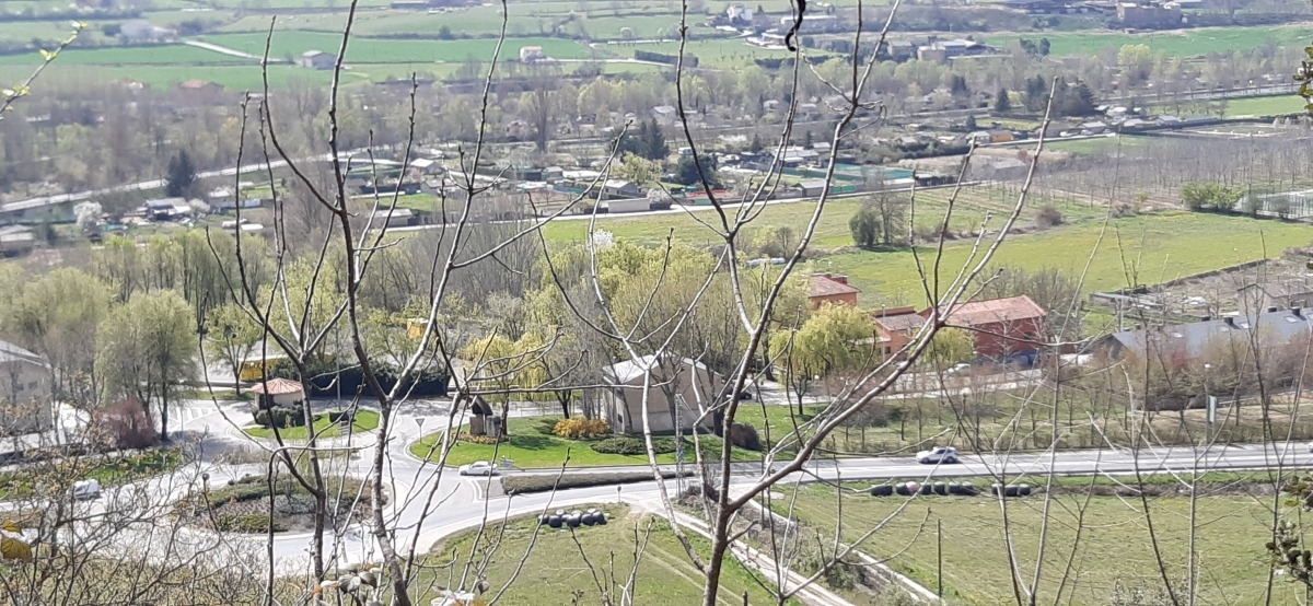 Vista de la rotonda d'entrada a la Seu des de la carretera de Calbinyà.