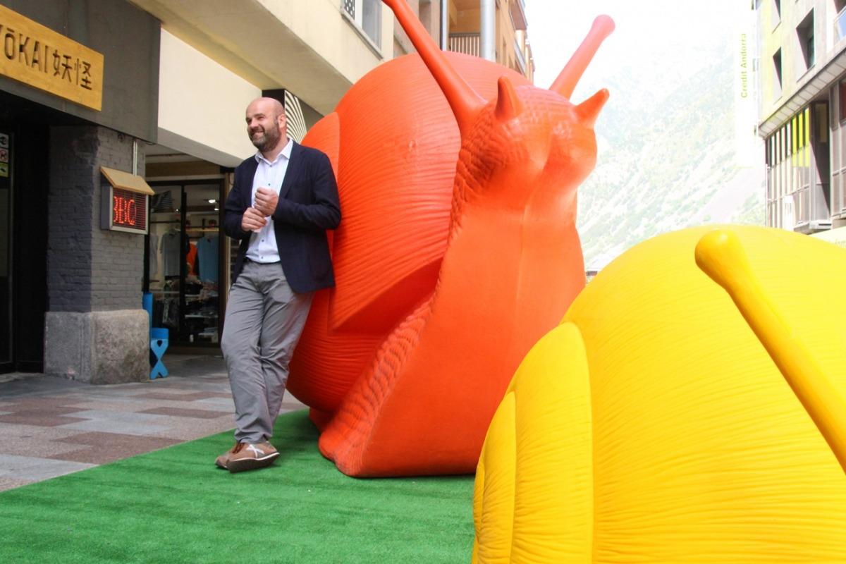 El cònsol menor d'Escaldes-Engordany, Marc Calvet, amb una mostra de l'exposició que hi haurà a la zona Vivand.