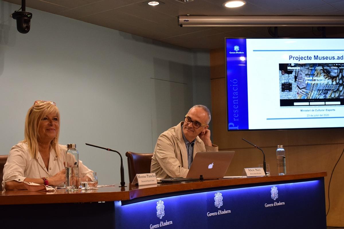La directora de Promoció Cultural, Montserrat Planelles, i el director adjunt de l'empresa Microblau, Àlex Net, presenten la nova web dels museus.