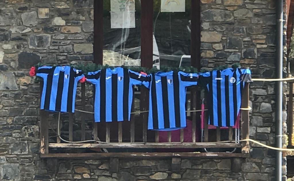 Samarretes de l'Inter d'Escaldes en un balcó.