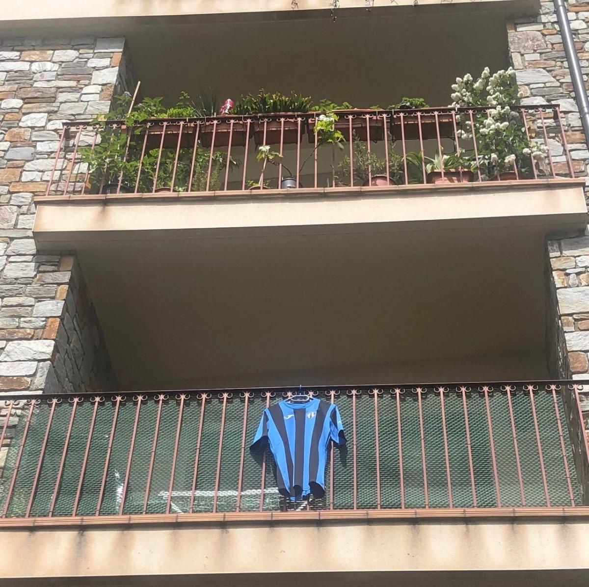 Una samarreta de l'Inter d'Escaldes en un balcó.