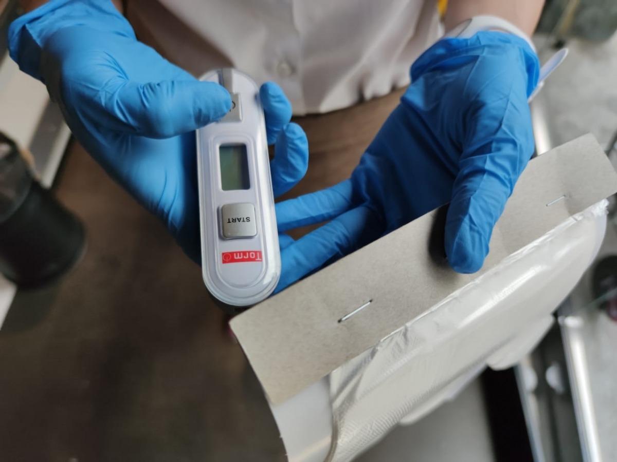Un termòmetre dels que s'utilitza per prendre la temperatura als comerços.