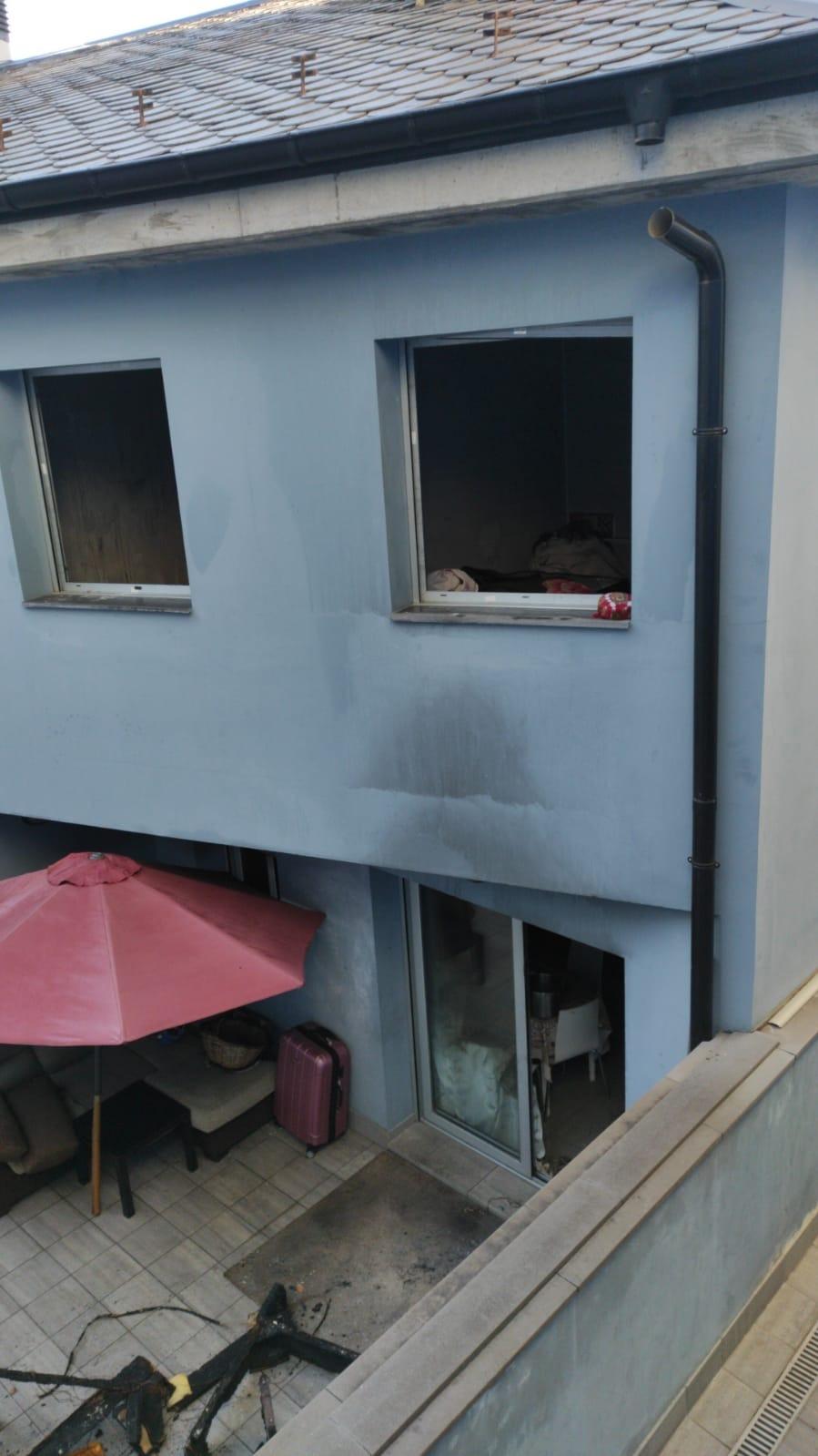 La façana, afectada per la intensa fumareda.