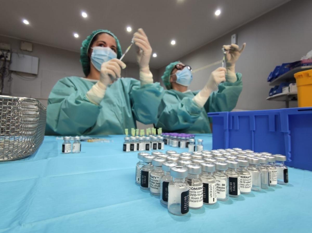 Preparació de les vacunes de Pfizer per poder-les administrar.
