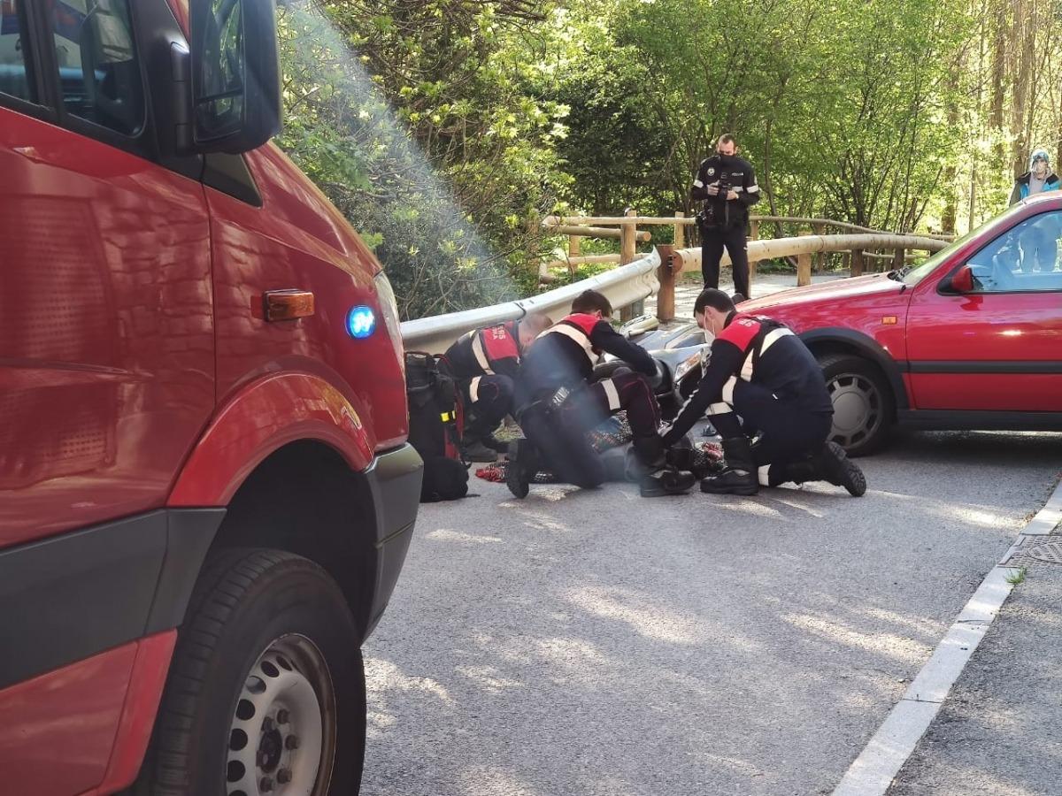 Moment en què el motorista era atès al lloc de l'accident.