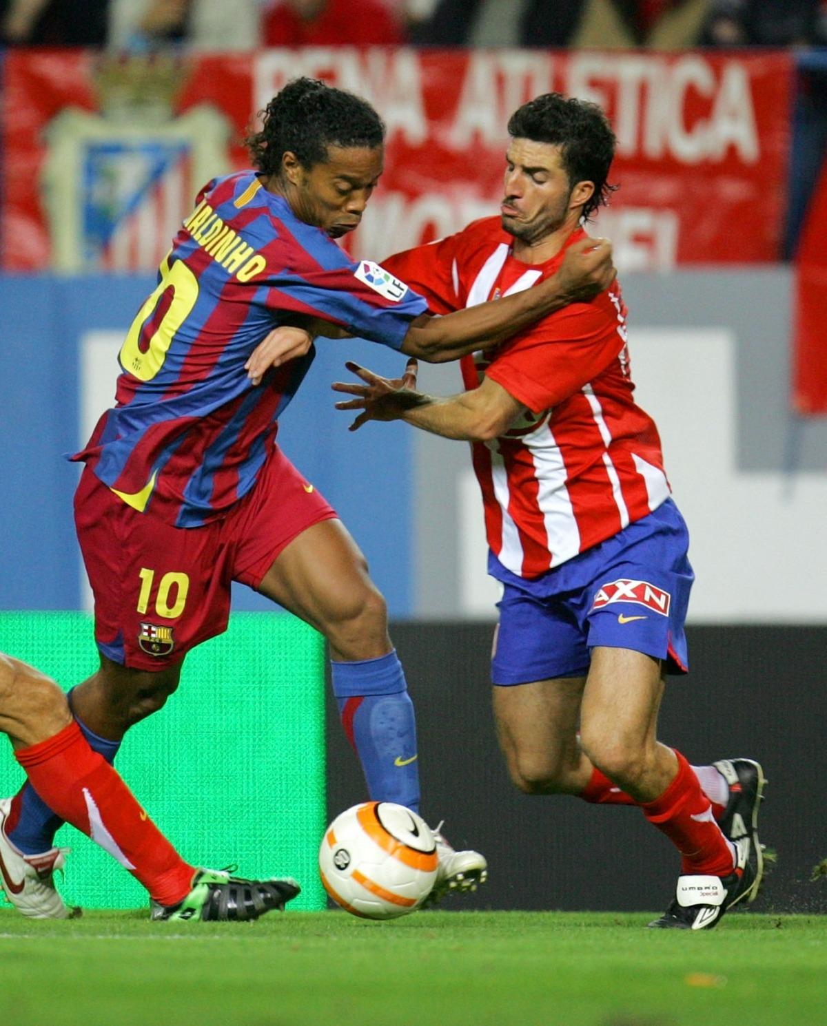 Juan Velasco, amb l'Atlètico Madrid, defensant a Ronaldinho. Foto: La Liga