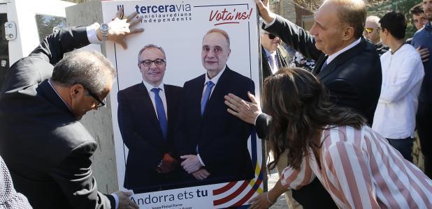 Joan Carles Camp i Josep Pintat posant un dels cartells de Terceravia.