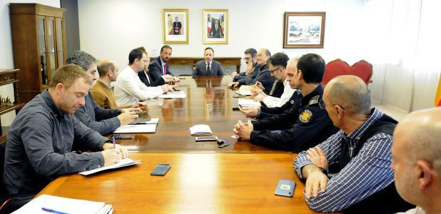 Un moment de la reunió dels diferents departaments que es coordinen en situacions meteorològiques excepcionals, ahir.