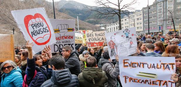 Els treballadors concentrats davant del Govern abans de desplaçar-se fins al Consell General.