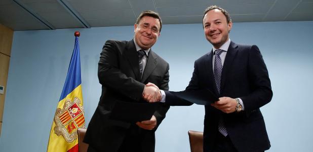 Josep Delgado, president de la comissió gestora del Fons de reserva de jubilació de la CASS i el ministre Xavier Espot.