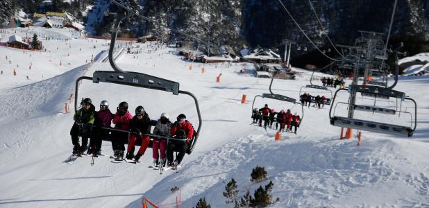 Esquiadors a les pistes d'esquí de les Valls del Nord.
