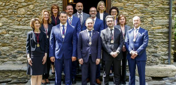 Els onze ministres que van jurar o prometre ahir el càrrec amb el cap de Govern, Xavier Espot.