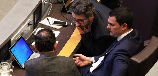 El ministre de Finances, Eric Jover, parla amb el cap de Govern, Xavier Espot, durant la sessió del Consell General d'ahir.