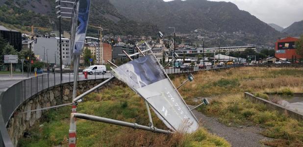 Una tanca publicitària a la zona de Borda Nova d'Andorra la Vella doblegada pel vent.