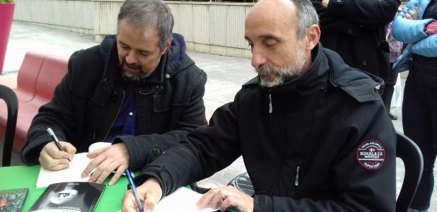 Gabriel Fernández ('Memòries d'un community manager') i Albert Ginestà ('[I.Reals]') firmen exemplars a la plaça del Poble de la capital.
