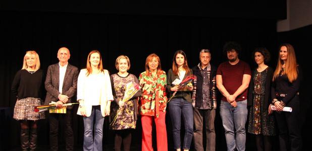 Foto de família dels guanyadors del Martí i Pol amb el jurat del premi.