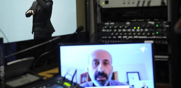 El ministre Benazet, en la compareixença virtual d'aquest matí: haurà de continuar en aïllament domiciliari a causa del positiu de la seva companya, infermera del SAAS.