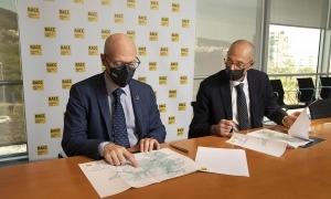 Xavier Pérez i Jaume Bonell en un moment de la signatura de l'acord.