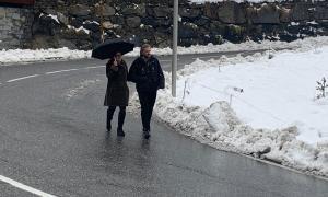 Els candidats Movem Ordino en la zona que denuncien que no hi ha vorera