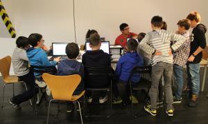 Una vintena d'infants gaudeixen de la robòtica aprofitant la mostra 'Robots en la ciència-ficció'