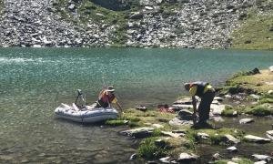 Un equip d'investigadors extrauen sediments de l'estany de l'Estanyó per reconstruir l'evolució del canvi climàtic