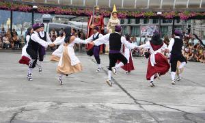 La plaça del Poble s'omple amb el tradicional ball del ContrapàsLa plaça del Poble s'omple amb el tradicional ball del Contrapàs