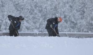 Treballadors a les pistes de Grandvalira.