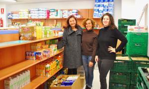 Els empleats de Crèdit Andorra lliuren aliments a Càritas