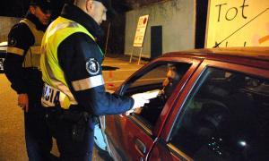Uns agents de policia realitzen un control d'alcoholèmia.