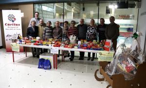 Un moment del lliurament dels aliments recollits durant la campanya.