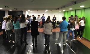 Un moment del taller de teatre musical del Laboratori de les arts.