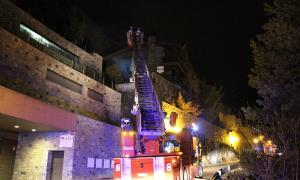 Els bombers extingint l'incendi.