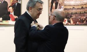 L'ambaixador espanyol lliura la creu d'oficial de l'Ordre d'Isabel la Catòlica a Francesc Xavier Brines i Socies.