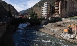 Una excavadora treballant aquest dijous al costat del riu, sota el pont de Fontaneda.