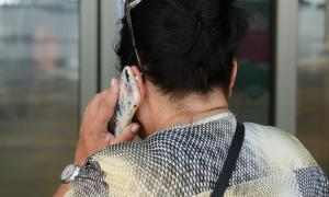 Una dona parla pel telèfon mòbil.