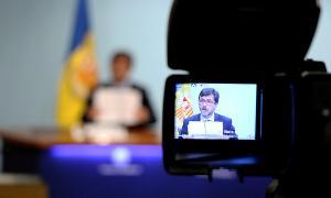 El ministre portaveu, Jordi Cinca, a través del visor d'una càmera de televisió durant la roda de premsa posterior al consell de ministres.