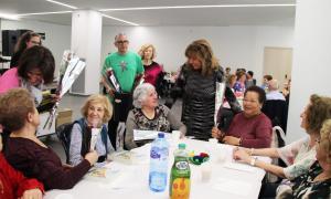 La cònsol major, Conxita Marsol, ha repartit roses i llibres entre la gent gran de la parròquia.
