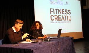 El cònsol menor d'Andorra la Vella, Marc Pons, i la creativa publicitària Sílvia Sivera, en un moment de l'inici de la conferència 'Fitness creatiu'.