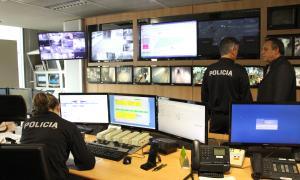 El director del cos, Jordi Moreno, conversa amb un agent a la sala de control dins de l'edifici de la Policia.